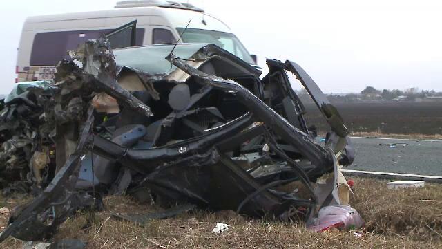 Un șofer a murit după un impact violent cu un TIR. Bucăți din mașina avariată au zburat