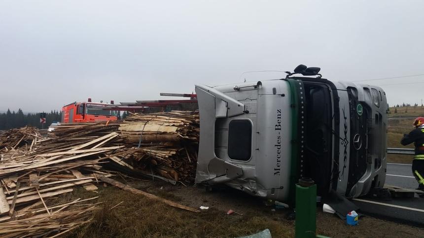 Autotren încărcat cu lemn răsturnat pe DN 17, lângă Vatra Dornei. FOTO
