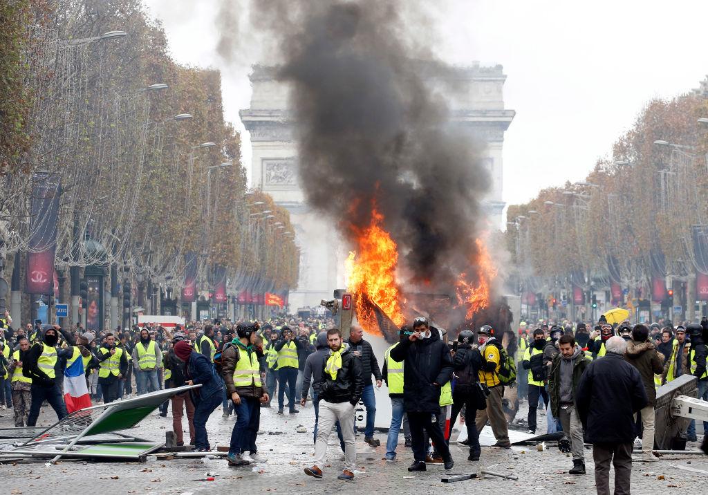 """Protest violent în Paris. Manifestanții """"vestele galbene"""", ciocniri cu forțele de ordine. LIVE"""