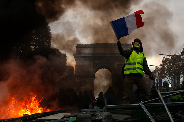"""Baricade, haos și lupte de stradă în Paris. Mesajul lui Macron pentru """"vestele galbene"""