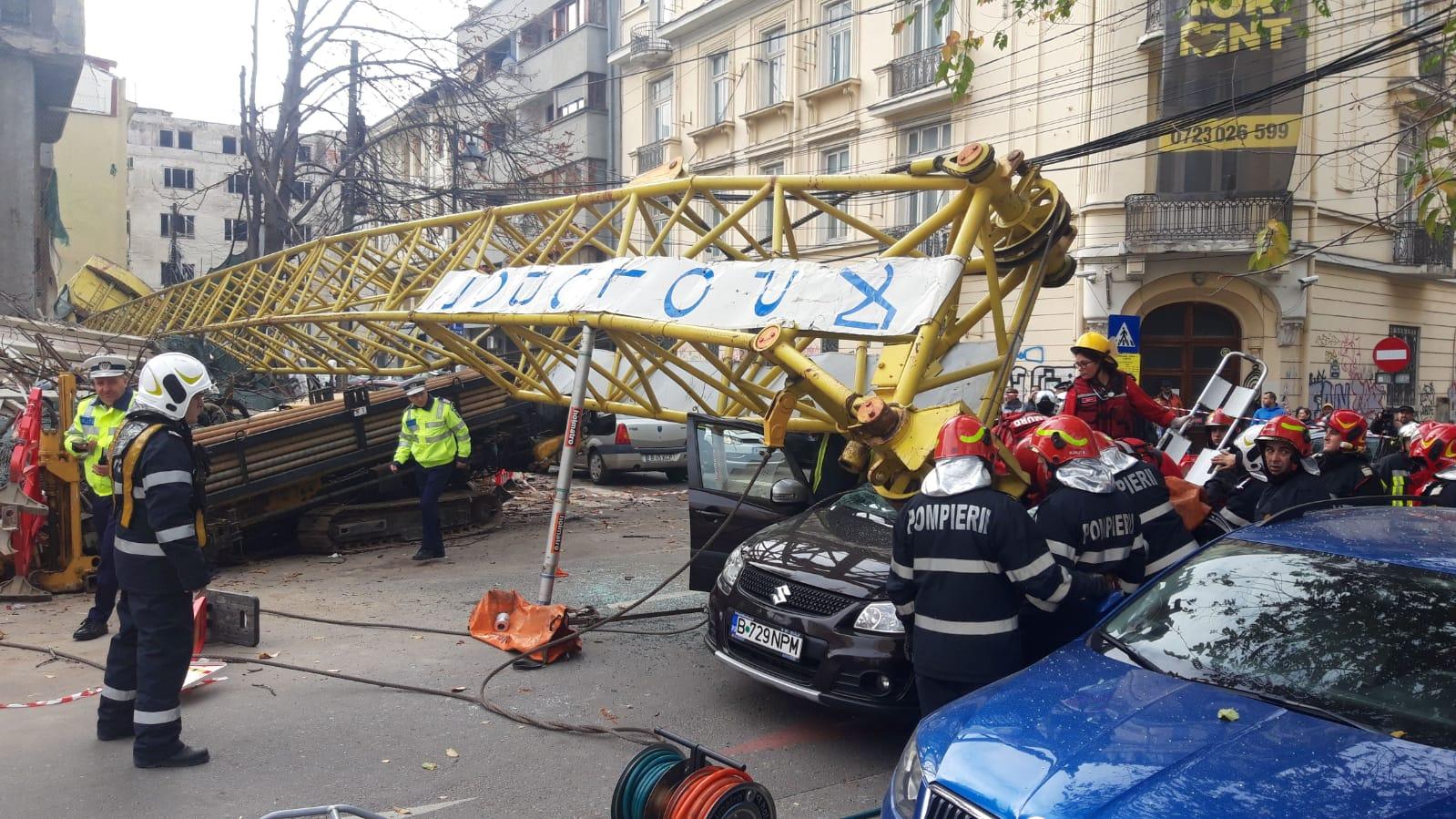 Brațul unei macarale s-a prăbușit peste o mașină în care se aflau 4 oameni, în București