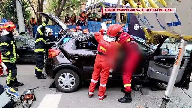 Șoferul mașinii zdrobite de macara este în stare critică. Cum a scăpat teafăr al doilea șofer
