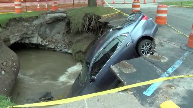 O mașină a fost înghițită de un crater în New York, după ploile torențiale