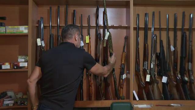 Românii nu trebuie să-și mai țină armele în seif, acasă. Avertismentul psihologilor