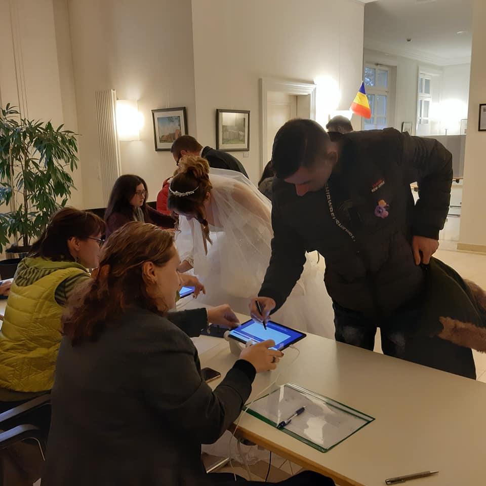 De la starea civilă direct la urnă. O tânără s-a prezentat la o secție de votare din Germania în rochie de mireasă