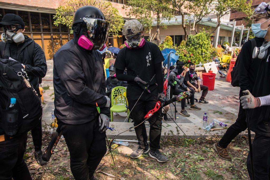 Zonă de război în Hong Kong: Baricade, tiruri de săgeți și bătăi între localnici