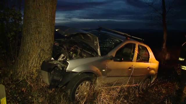 Doi frați au intrat cu mașina într-un copac în drum spre Turda