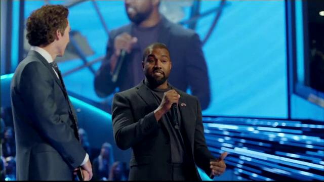 Discurs religios al lui Kanye West în fața unei săli pline.