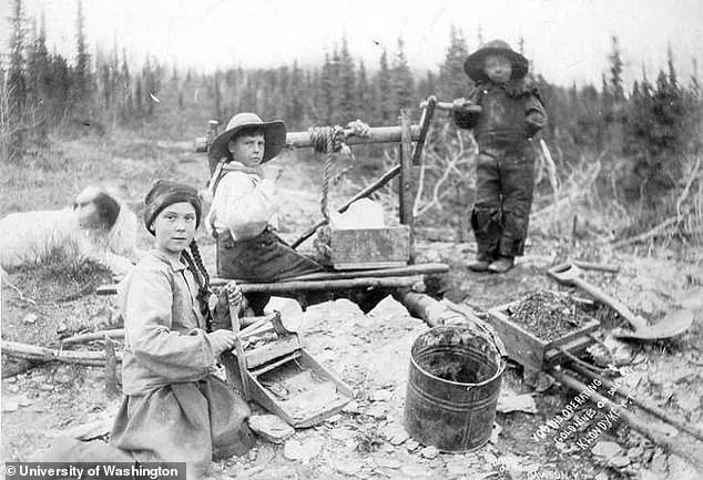 O fotografie virală din 1898 stârnește conspirații.