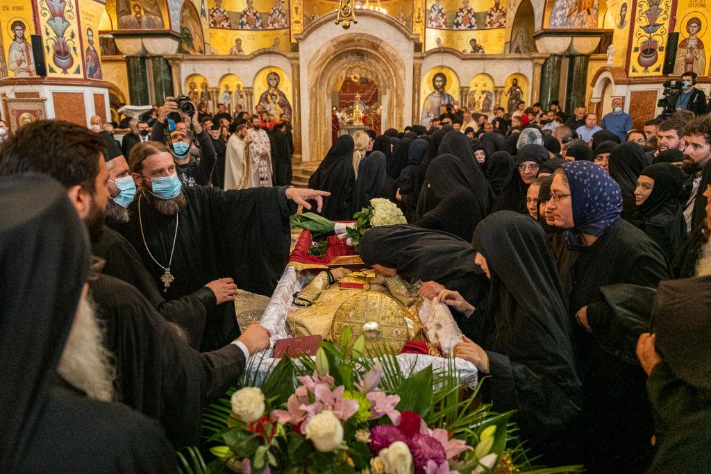 Mii de persoane l-au pupat pe Mitropolitul din Muntenegru, mort de Covid-19
