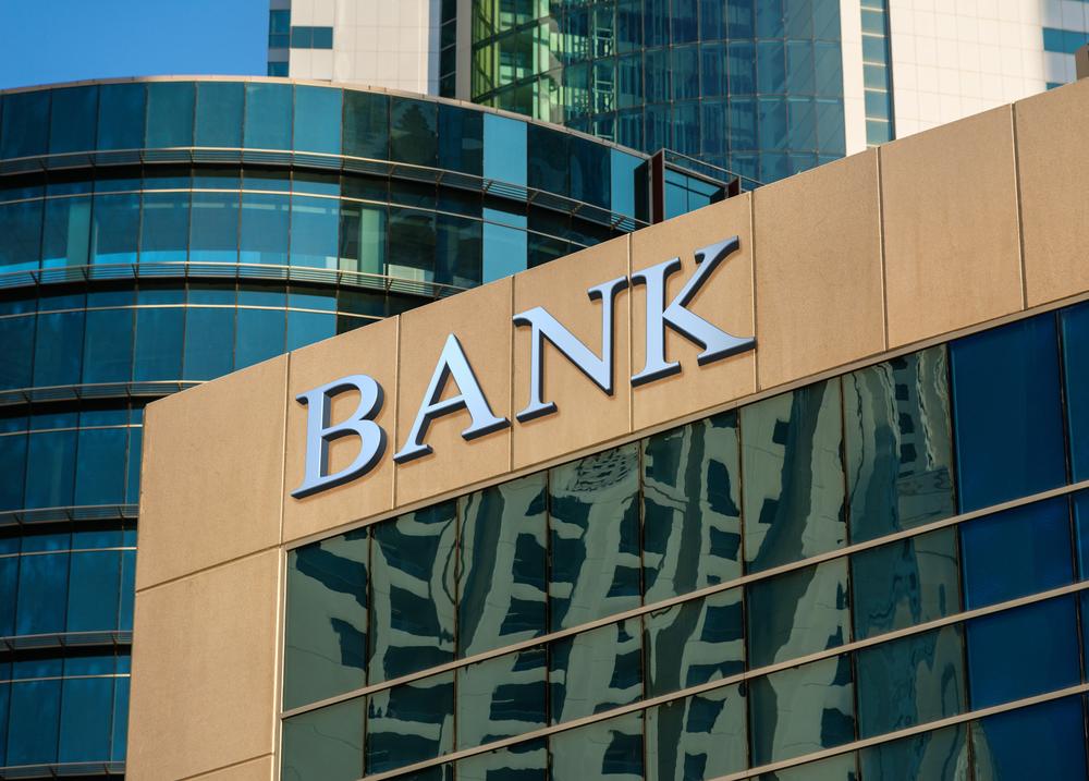 O mare bancă din România anunță că închide o treime din casieriile sale și reduce programul în altele