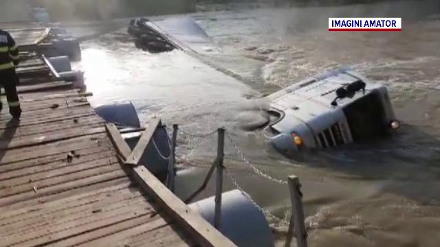 Un TIR s-a răsturnat în râul Ialomița, după ce a încercat să traverseze un pod improvizat