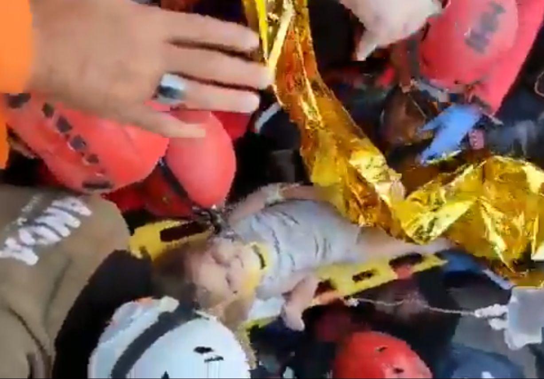 """Fetiță de patru ani, salvată dintre dărâmături la Izmir. """"Am asistat la un miracol"""" spune primarul"""