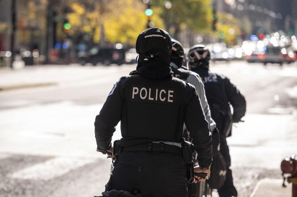 Militar de culoare, amenințat cu pistoalele de polițiști și stropit cu gaz lacrimogen. Un polițist a fost concediat