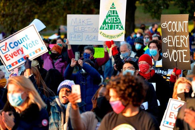 Alegeri SUA 2020. Tensiunea creşte, manifestaţii şi arestări în oraşe mari în timpul numărării voturilor