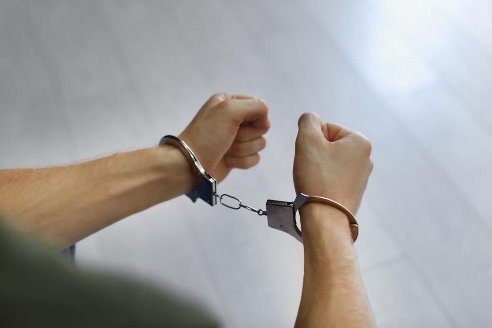 Bărbat din Botoșani, încătuşat şi amendat de polițiști pentru că a refuzat să poarte mască în magazin