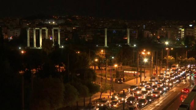 """Valul doi al pandemiei lovește dur Europa. Mii de oameni au """"fugit"""" din Atena, înainte ca Grecia să intre în carantină totală"""