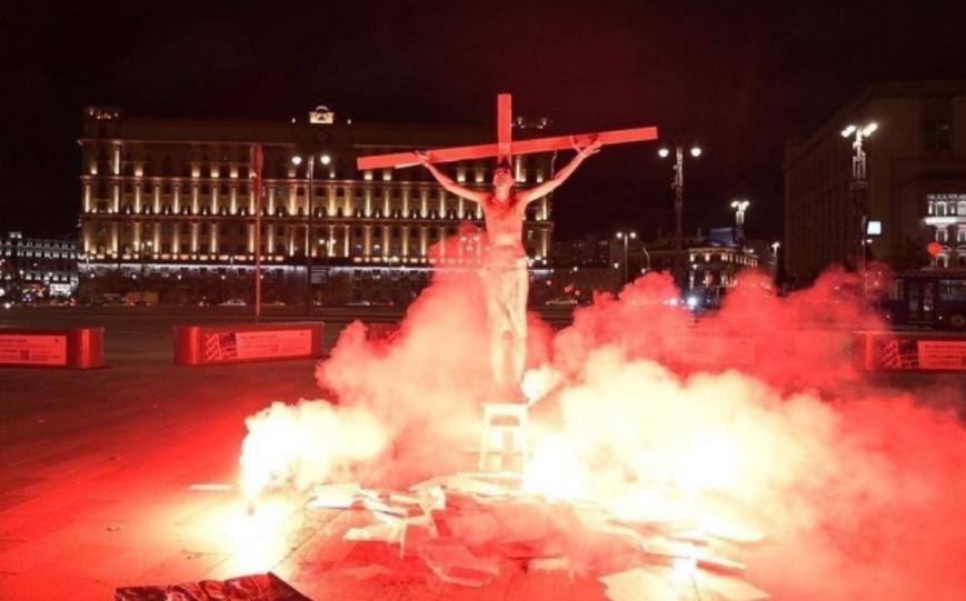 """Un activist din Rusia a simulat """"crucificarea"""" în fața FSB. Motivul pentru care a recurs la acest gest"""