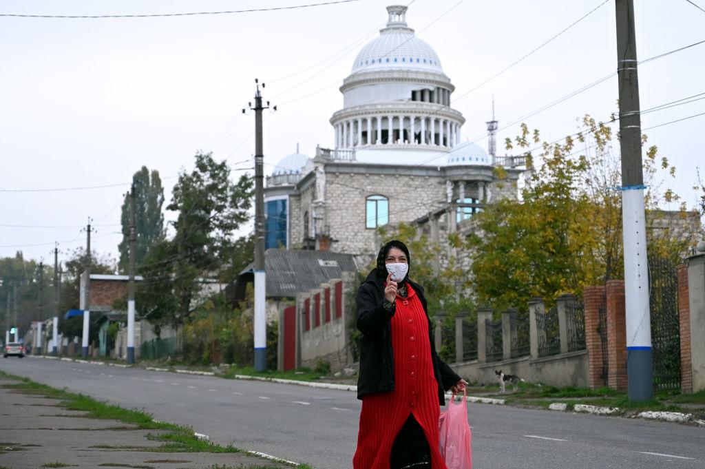 Cum arată palatele romilor din Moldova. Un bulibaşă şi-a făcut o copie a Capitoliului, apoi a abandonat-o