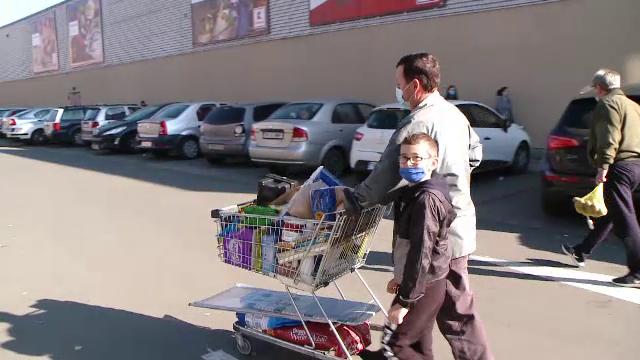 """Speriați de restricții, românii au luat cu asalt magazinele și farmaciile. """"Nu se știe ce vremuri vin"""""""