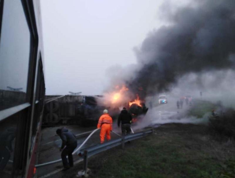 TIR cuprins de flăcări, după ce a fost lovit de tren în județul Timiș. VIDEO