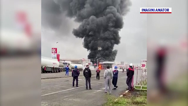 Incendiu într-o rafinărie din Ploiești. În apropiere se aflau mai multe rezervoare cu combustibil