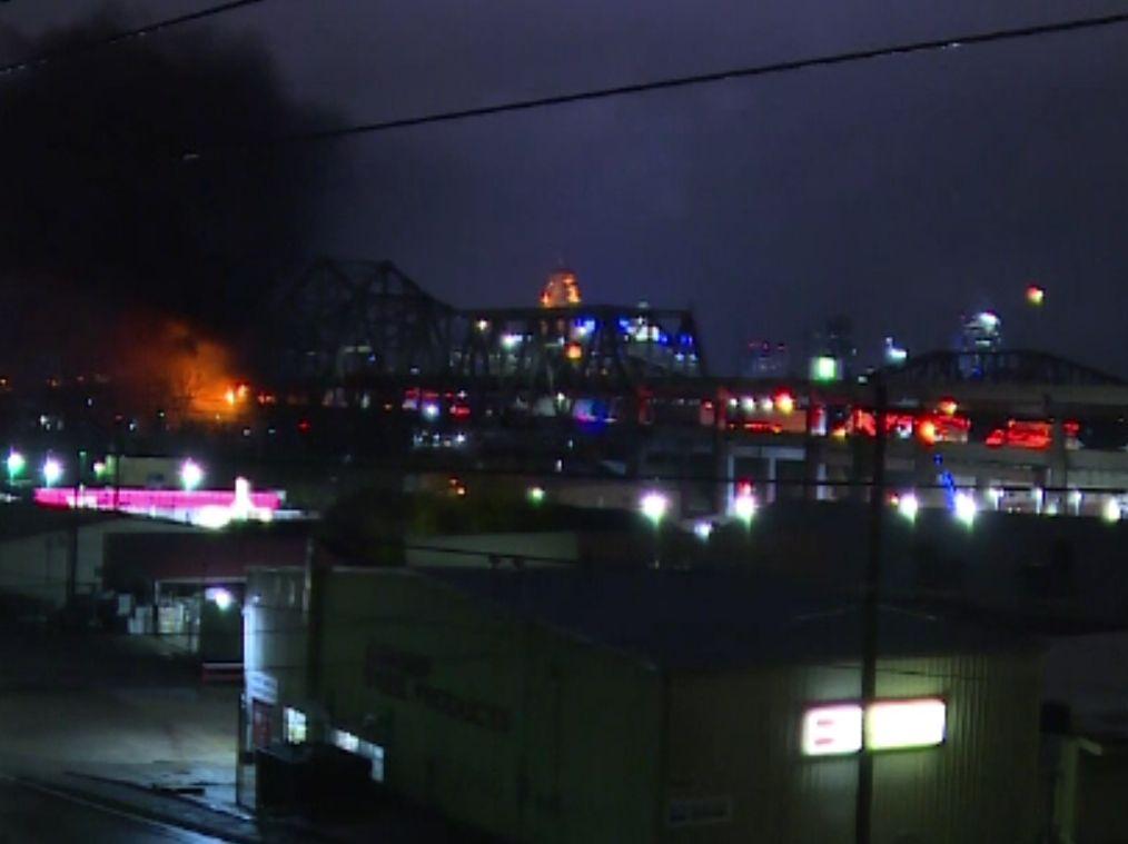 Momentul în care un camion se ciocneşte cu o cisternă, apoi explodează, pe un pod din SUA
