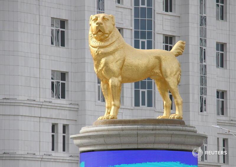 Președintele Turkmenistanului a ridicat o statuie din aur în cinstea câinelui său preferat