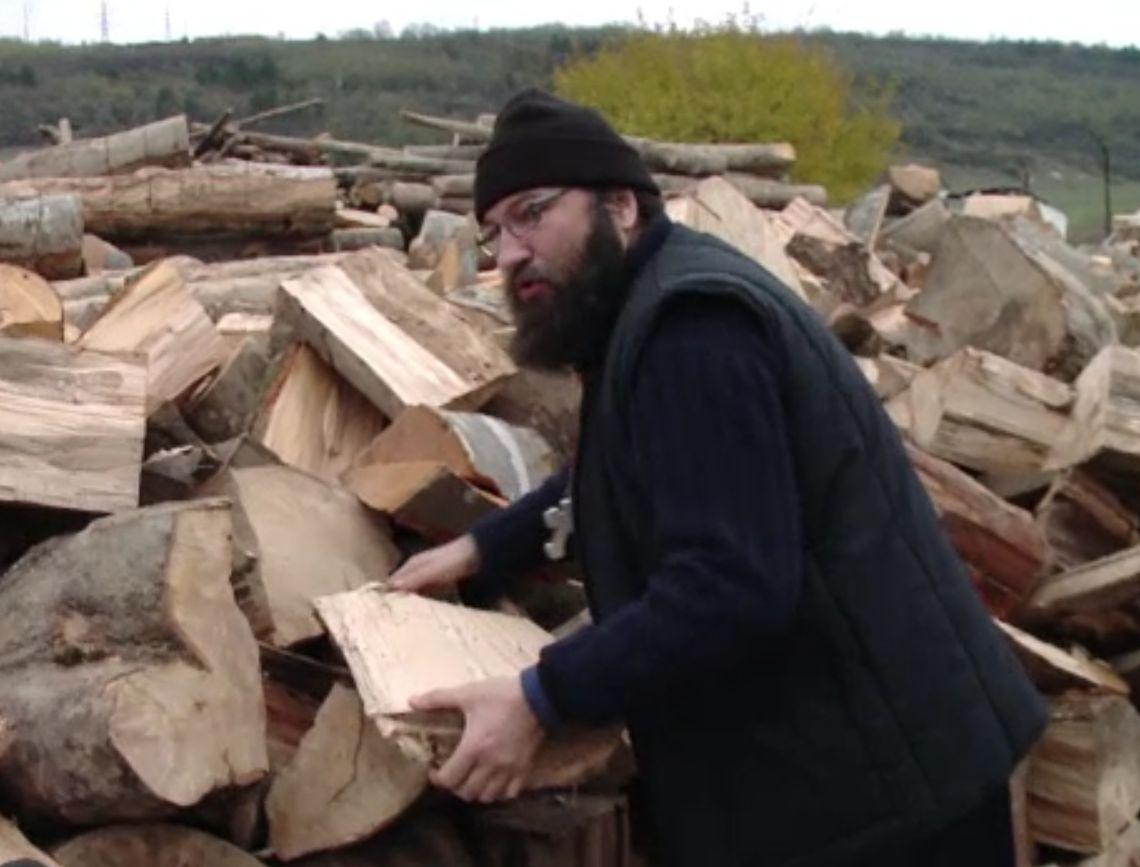 Preotul Dan Damaschin a împărțit lemne de foc pentru familiile nevoiaşe cu mulți copii din Iași