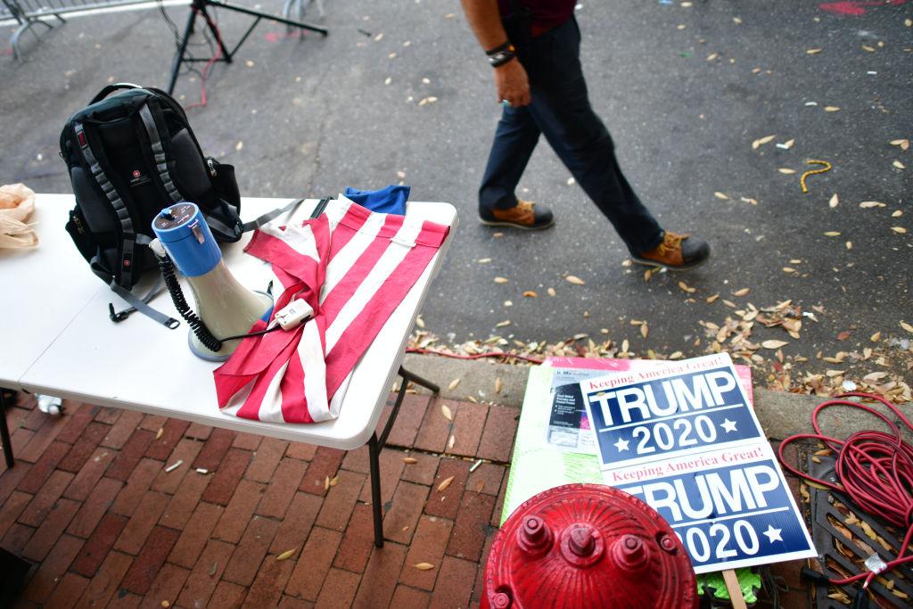 Donald Trump refuză să recunoască rezultatele alegerilor din SUA. Între timp, pandemia face ravagii