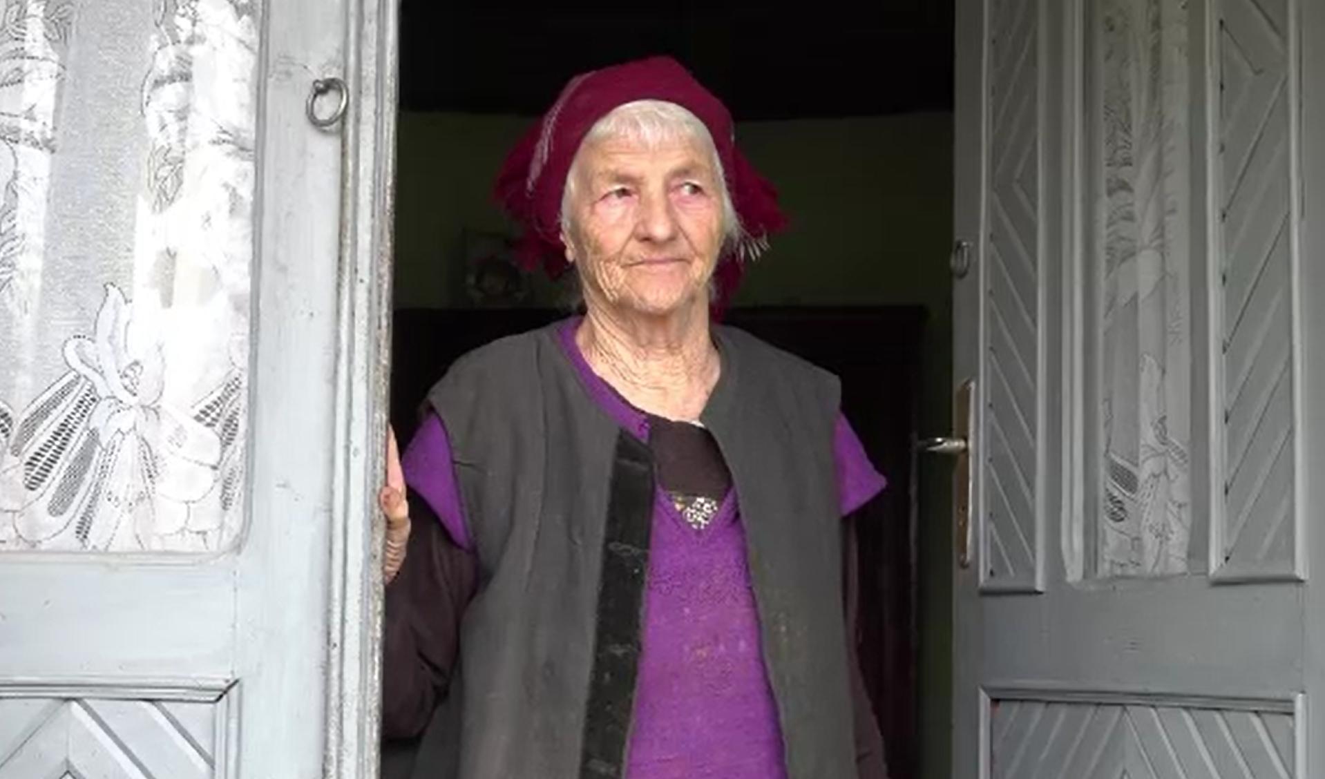 Zeci de mii de bătrâni din România, neputincioși în fața pandemiei. De unde primesc ajutor