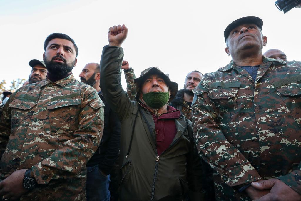 Armenii din Nagorno-Karabah își ard casele înainte de a părăsi regiunea intrată sub control azer