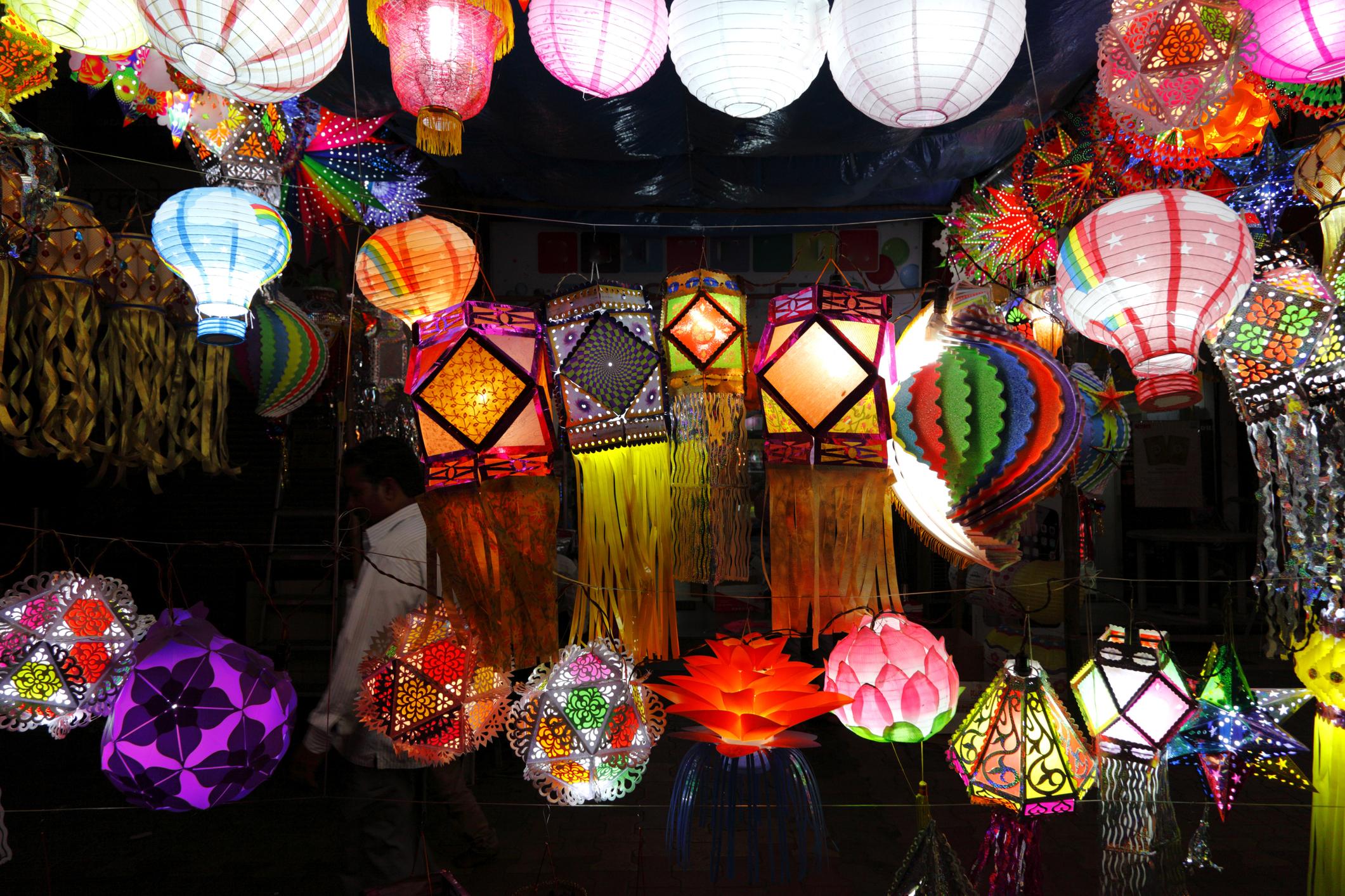 Festivalul hindus al luminilor a avut loc în nordul Indiei. Localnicii au aprins 590 de mii de lampioane