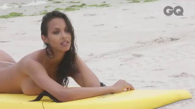 O braziliancă de la Victoria's Secret a pozat provocator. Iubitul celebru i-a dat acordul