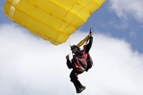 Un australian de 91 de ani a supravieţuit unui accident de paraşutism