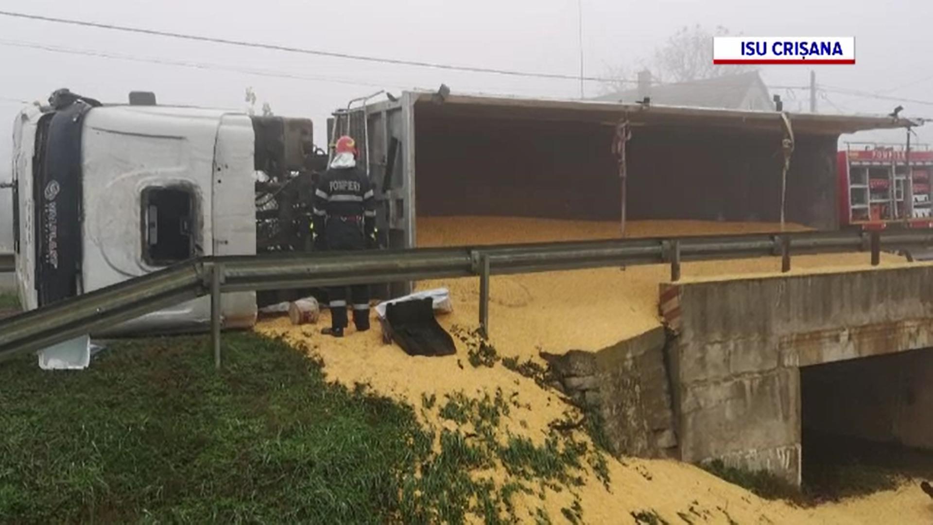 Un TIR încărcat cu 20 de tone de porumb s-a răsturnat pe o șosea din Bihor
