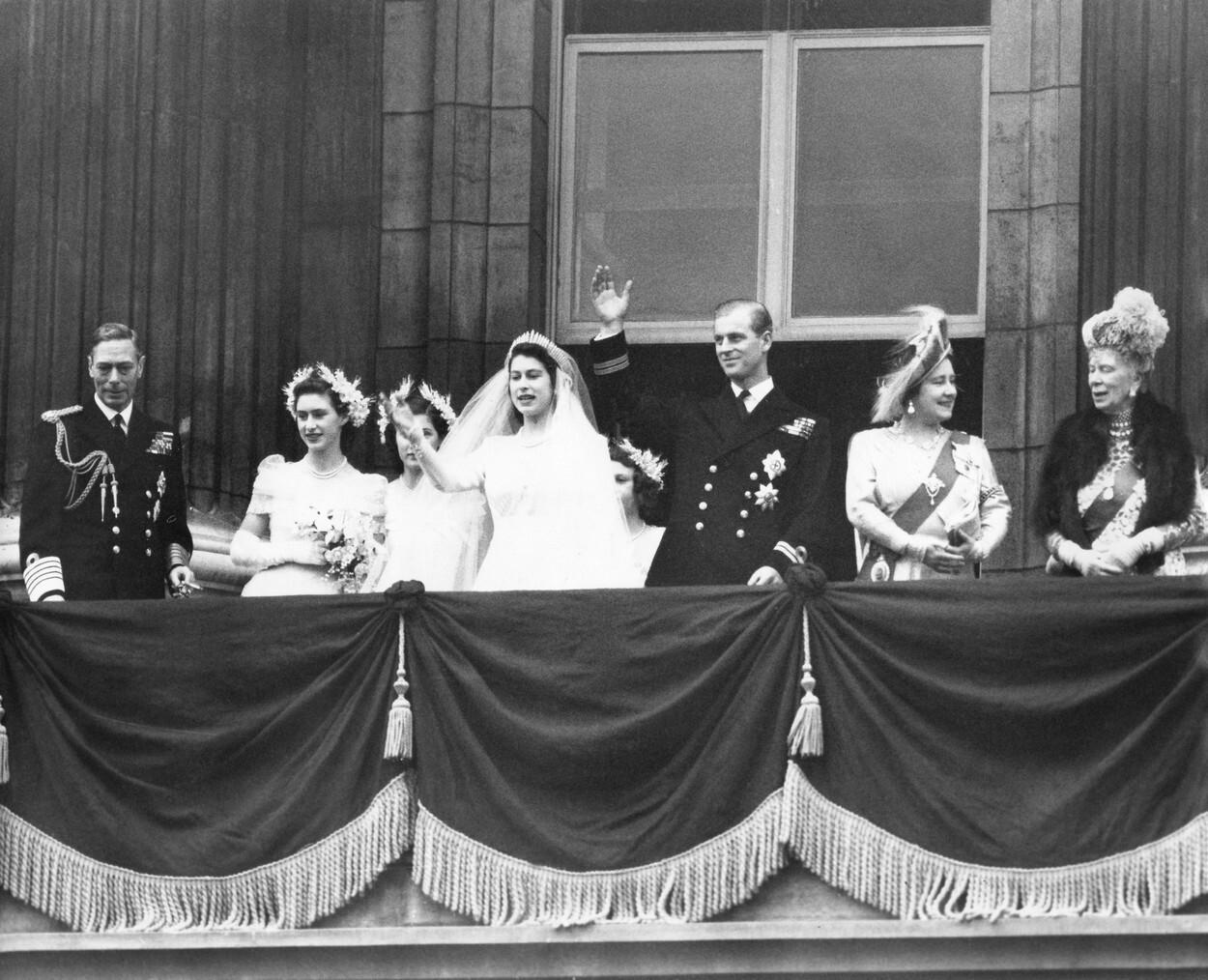 Regina Elisabeta şi prinţul Philip sărbătoresc 73 de ani de căsnicie. Imagini de la nuntă. GALERIE FOTO