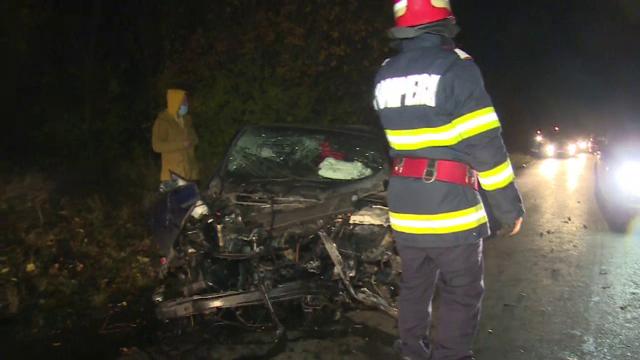 O mașină cu volan pe dreapta s-a izbit atât de violent de un copac în Dâmbovița, încât i-a zburat motorul. Ce a pățit șoferul