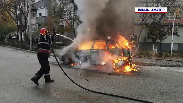 O mașină a fost mistuită de flăcări în trafic, la Slatina. Ce s-a întâmplat