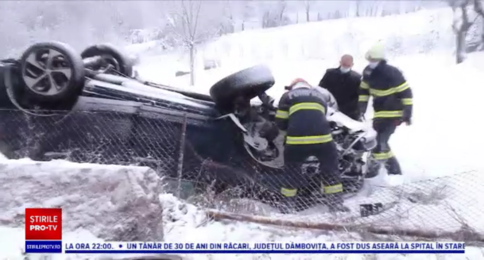 O șoferiță din Cluj s-a răsturnat cu mașina din cauza zăpezii și a lovit o conductă de gaz