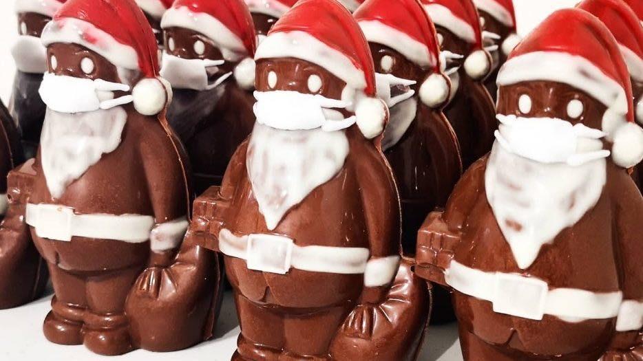 Moș Crăciun din ciocolată cu mască, ideea de succes a unui cofetar în vremea coronavirusului