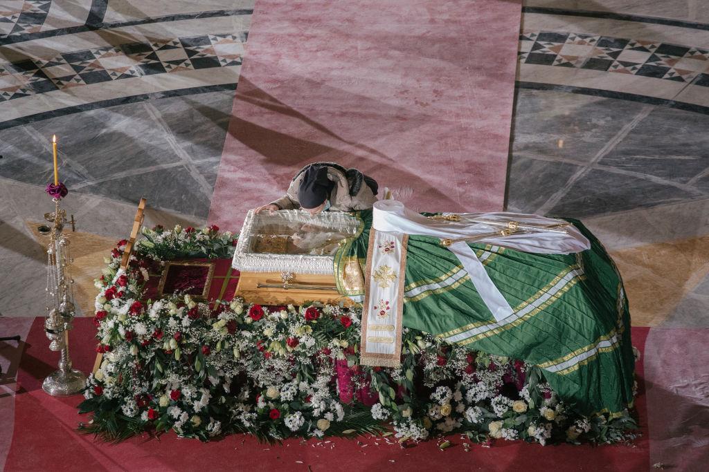 Mii de credincioşi i-au adus un ultim omagiu patriarhului Irineu al Bisericii Ortodoxe Sârbe, răpus de Covid-19
