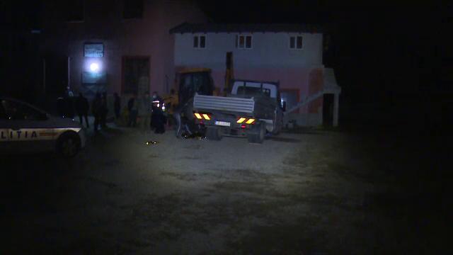 Bărbat strivit de camioneta pe care o repara, în Dâmbovița. Martorii au încercat să ridice mașina, dar nu au reușit