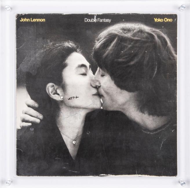 Discul semnat de John Lennon pentru bărbatul care l-a asasinat, scos la licitație. Care e prețul de pornire. GALERIE FOTO