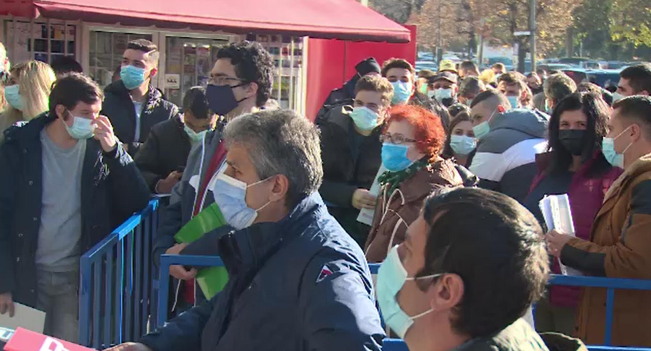 Sute de români s-au înghesuit la Serviciile de Permise Auto, fără să respecte regulile de distanțare