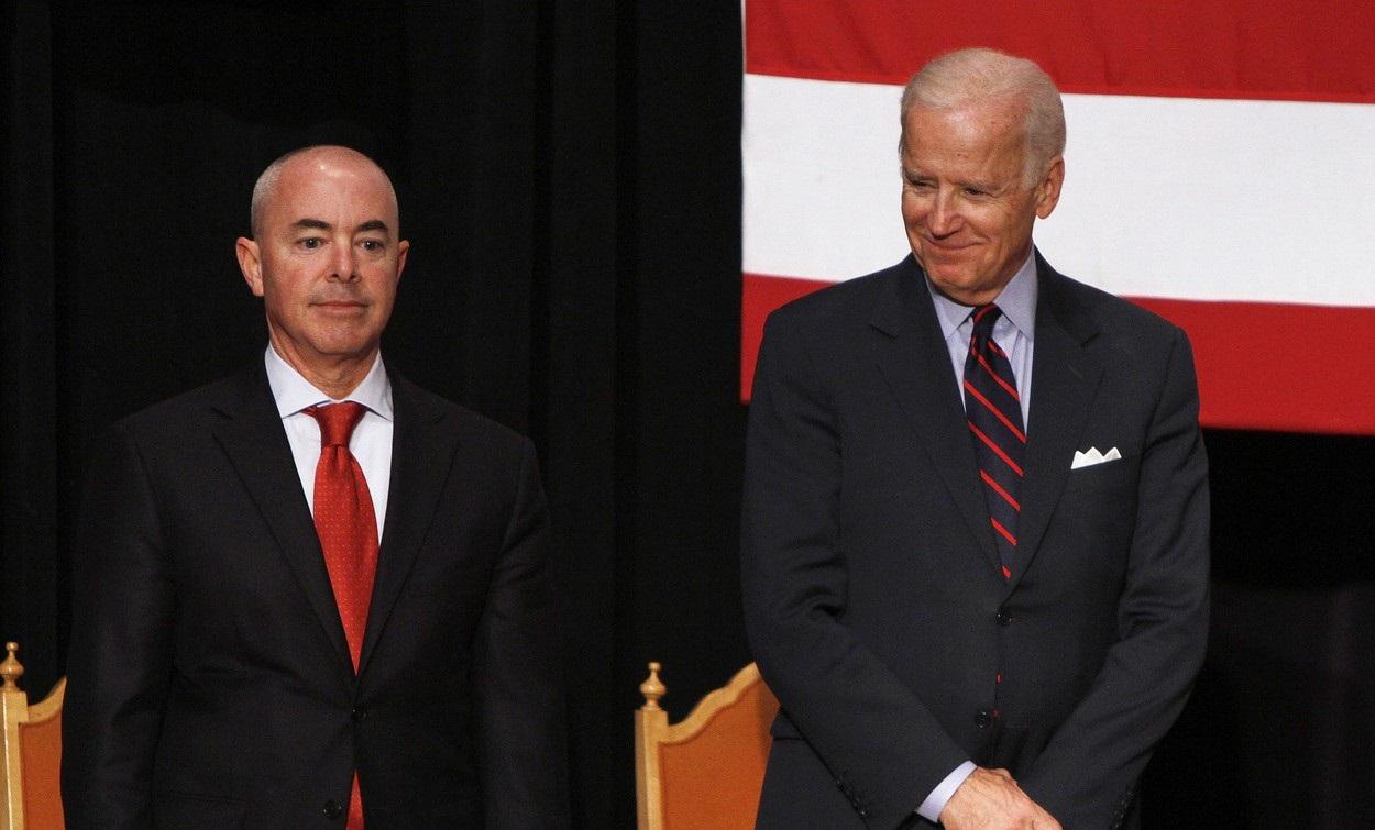 Un hispanic cu origini românești va fi numit de Joe Biden ca șef al Homeland Security