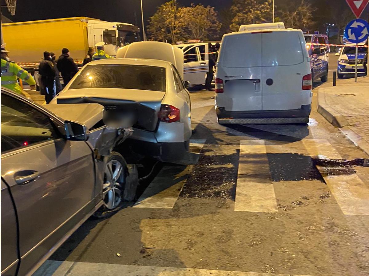 Un șofer care a provocat un accident cu 3 victime susține că urmărea hoții care i-au furat 650.000 de lei