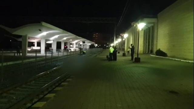 Un bătrân a fost lovit mortal de un tren în gara din Constanța. Indiciile duc către o sinucidere