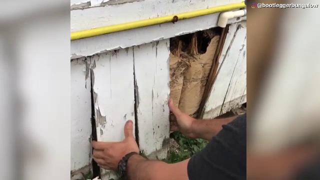 S-au apucat sa renoveze o casa veche si au facut o descoperire uriasa in pereti, care le va aduce o avere