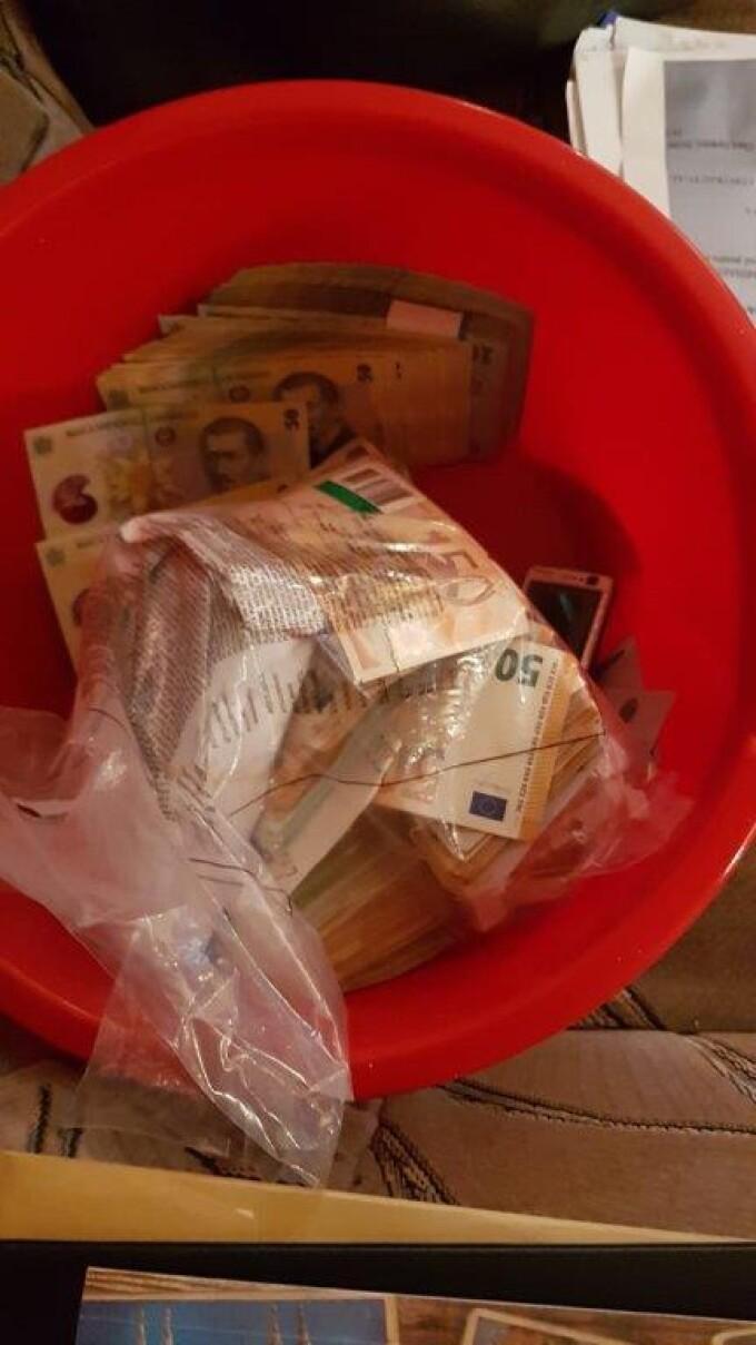 Zeci de kilograme de aur și un milion de euro, ținut în găleți și ligheane, găsite la polițiștii de la Permise din Suceava